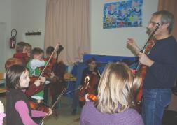 Animation des Lundi 9, 16, 23, 30 Novembre et 7 Décembre 2009 de 17 H à 18 H à Ecole Primaire des Tilleuls d' Angliers.  Dans le prolongement de notre résidence à Angliers, répétition d' un groupe d'une quinzaine d'enfants d' Angliers dans les locaux de l' Ecole des Tilleuls, sous la direction de notre professeur Nicolas Verdon. Principalement Issus de l' Ecole Primaire des Tilleuls, ces jeunes débutants (violon, alto, violoncelle et contrebasse) se joindront à l' Orchestre de l' Ecole de Cordes du Loudunais à l'occasion de notre concert du 13 Décembre 2009 au Pavillon du Québec à Angliers.Animation des Lundi 9, 16, 23, 30 Novembre et 7 Décembre 2009 de 17 H à 18 H à Ecole Primaire des Tilleuls d' Angliers.  Dans le prolongement de notre résidence à Angliers, répétition d' un groupe d'une quinzaine d'enfants d' Angliers dans les locaux de l' Ecole des Tilleuls, sous la direction de notre professeur Nicolas Verdon. Principalement Issus de l' Ecole Primaire des Tilleuls, ces jeunes débutants (violon, alto, violoncelle et contrebasse) se joindront à l' Orchestre de l' Ecole de Cordes du Loudunais à l'occasion de notre concert du 13 Décembre 2009 au Pavillon du Québec à Angliers.