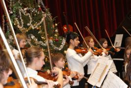 Concert de l' Ecole de Cordes du loudunais, le 13 Décembre 2009, au Pavillon du Québec à Angliers, avec la participation d' une quinzaine d' enfants d' Angliers. Principalement issus de l' Ecole Primaire des Tilleuls, les jeunes musiciens débutants ont suivie depuis le mois d' octobre, une initiation à la pratique des instruments à cordes (violon, alto, violoncelle et contrebasse). Soutenue activement par la municipalité d' Angliers, cette formation a été dispensé bénévolement par notre directeur Nicolas Verdon, et ce en étroite coopération avec l' équipe pédagogique de l' Ecole d 'Angliers.
